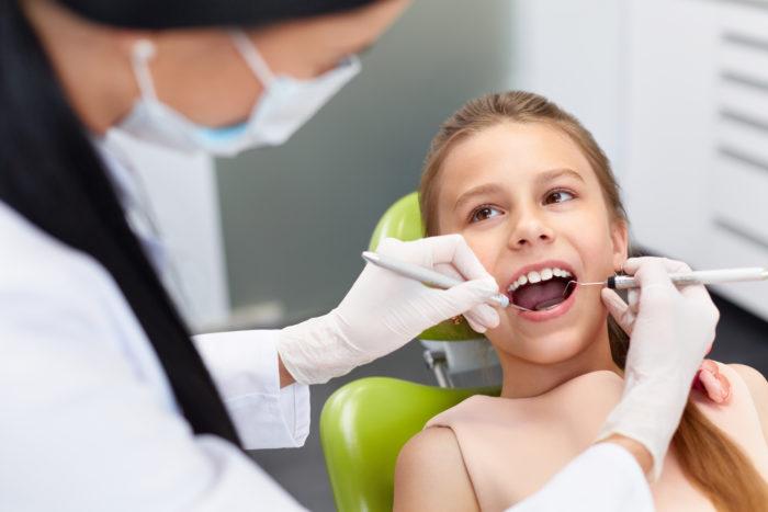 Zahnarzt-Assistentinnen bei Kinderbehandlung